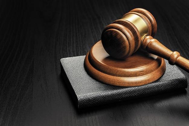 Maillet en bois sur une table en bois noire se bouchent