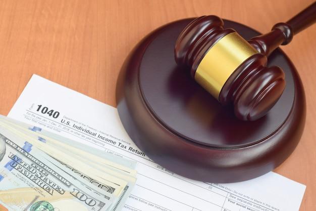 Maillet de justice et formulaire de déclaration de revenus des particuliers 1040 irs us et billets de cent dollars