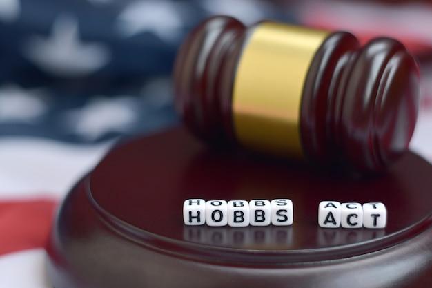 Le maillet de la justice et hobbs jouent des personnages avec le drapeau américain