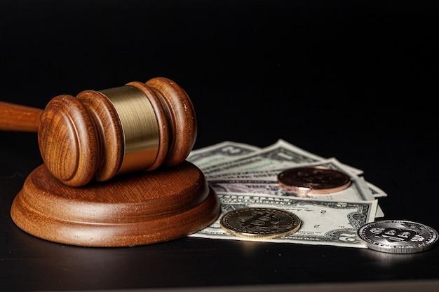 Maillet de loi et une pile d'argent
