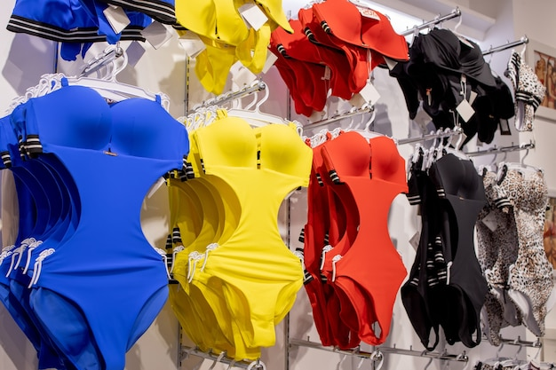 Maillot de bain femme dans le magasin. les maillots de bain à la mode sont continus.