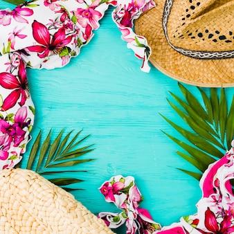 Maillot de bain près des feuilles et du chapeau