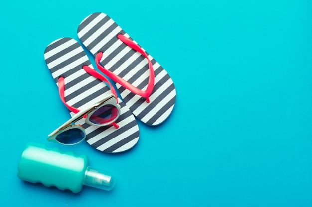 Maillots de bain et accessoires sur fond bleu