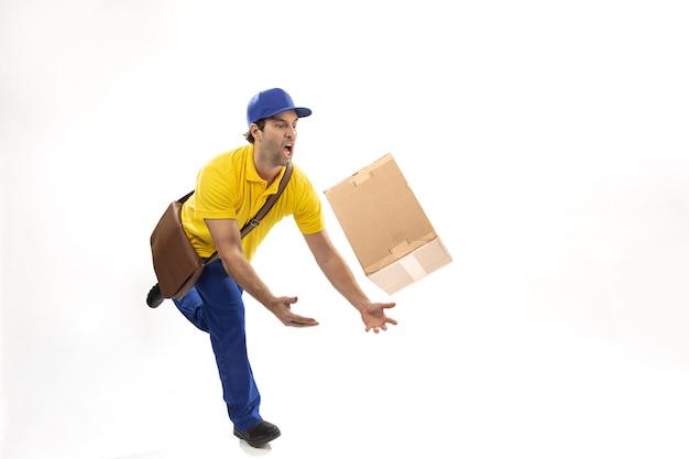 Mailman brésilien déposant un colis