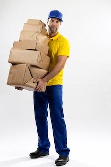 Mailman brésilien sur fond blanc la livraison d'un colis. copie espace.
