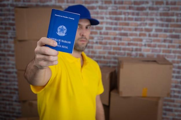 Mailman brésilien tenant le cahier de travail