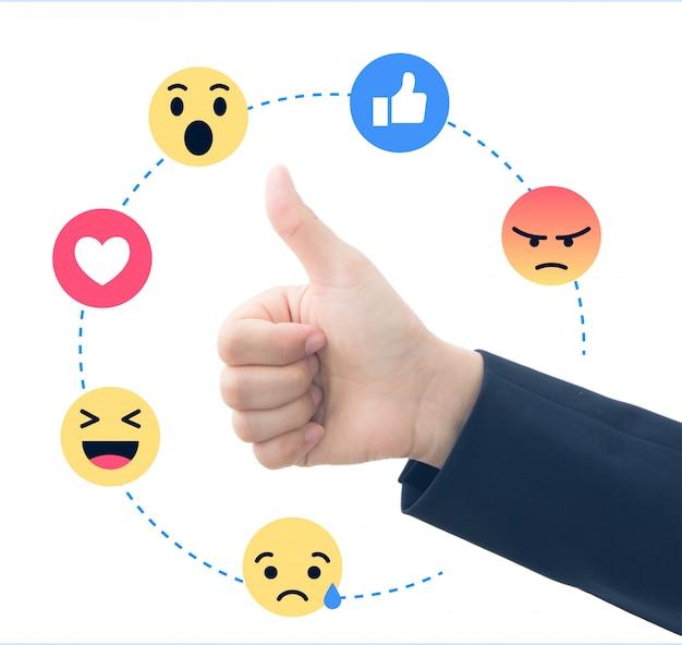 Main d'affaires avec commentaires sociaux