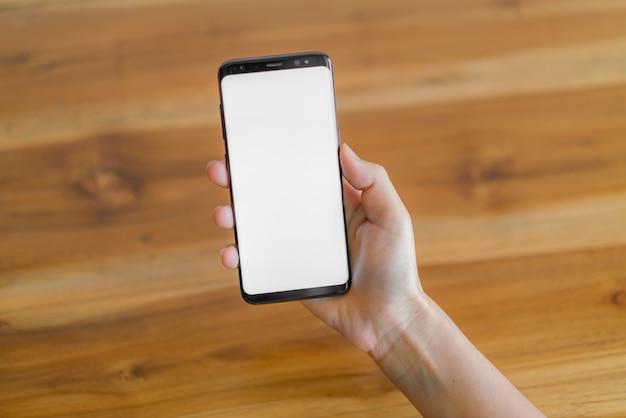Main d'affaires avec téléphone portable.
