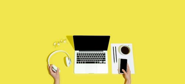 Main à l'aide de gadgets, appareils en vue de dessus, écran vide avec copyspace