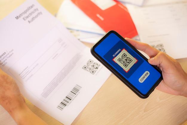 Main à l'aide d'un smartphone pour scanner un code qr