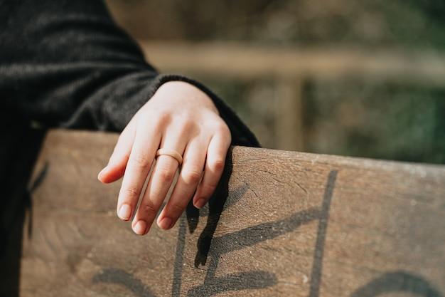 Une main avec un anneau en caoutchouc, concept de mariage et liberté, modernité