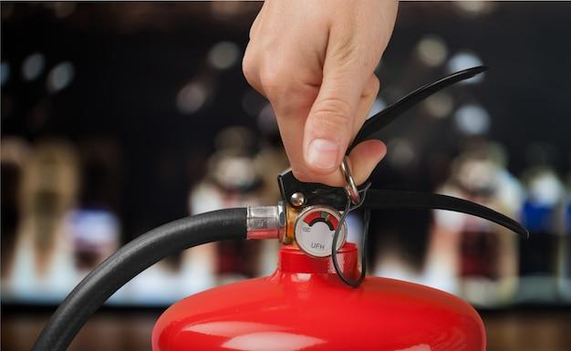 La main appuie sur la gâchette de l'extincteur la main appuie sur la gâchette de l'extincteur