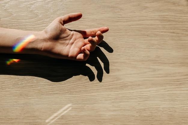 Main avec un arc-en-ciel au poignet