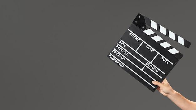 Main avec ardoise de film