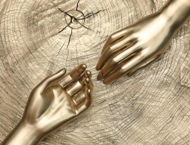 Main artificielle dorée sur fond blanc