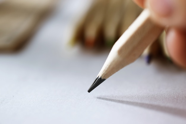 Main de l'artiste en train de dessiner avec un simple crayon