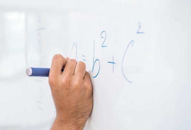 Main, asiatique, solution, solution, formules mathématiques, résoudre, problème, mathermatics, sur, tableau blanc, dans, classe, à, lycée
