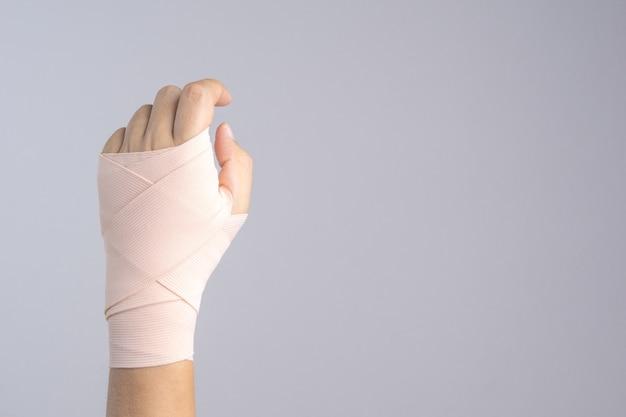 Main avec bandage attaché