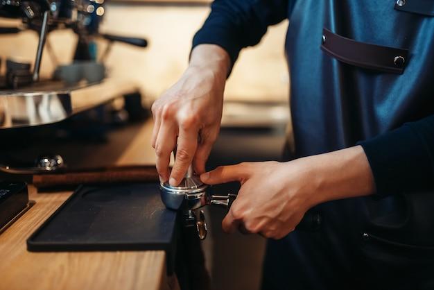La main de barista verse une boisson de machine à café