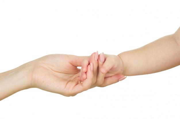 Main de bébé tenant la main de la mère