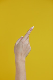Main de belle femme pointant