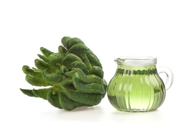 La main de bouddha ou citrus medica var. sarcodactylis fruit et huile isolé sur fond blanc.