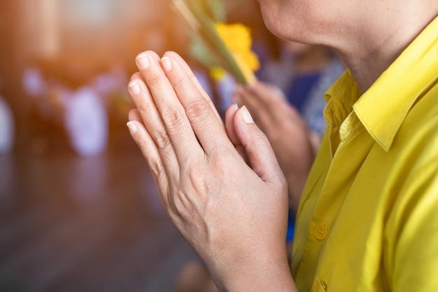 La main des bouddhistes asiatiques rend hommage au bouddha