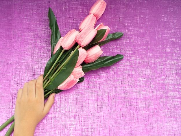 Main avec bouquet de tulipes