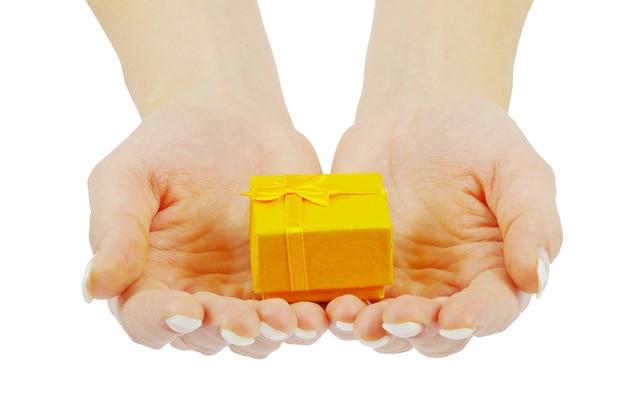 Main et cadeau isolé sur fond blanc