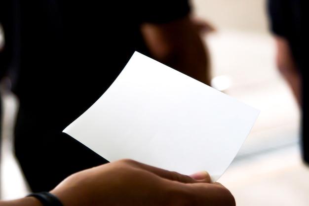 Main à une carte postale avec carte postale de chemin de détourage