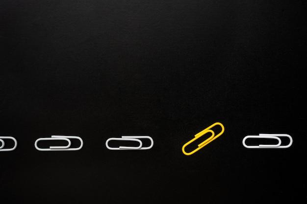 Main de chargement mettant le cube de bois dans la barre de progression barre de chargement sur fond jaune vif