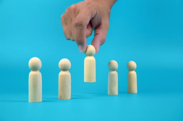 Main a choisi un peuple en bois concepts de poupée de ressources humaines pour les organisations commerciales et le leadership.