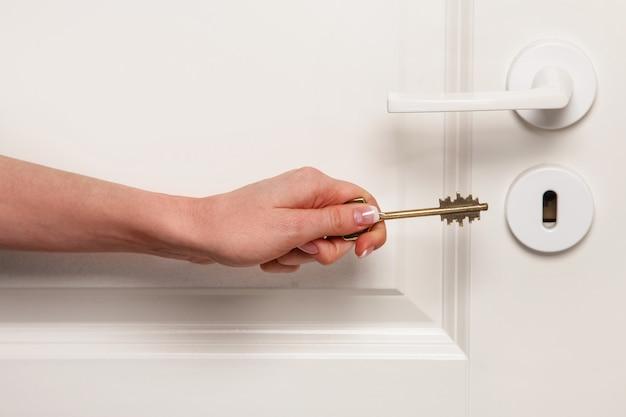 Main avec clé