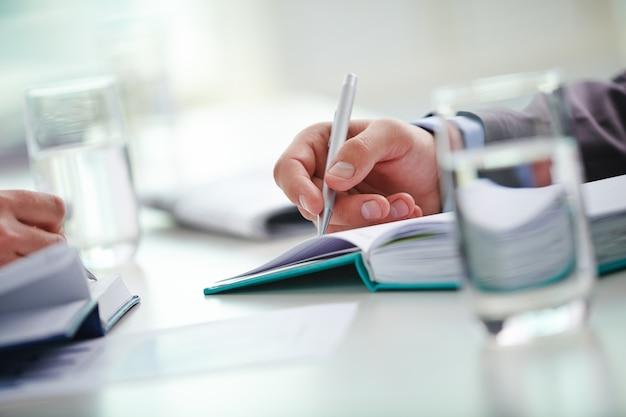 Main close-up de l'exécutif tenant un stylo