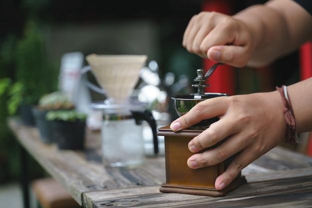 Main concassage de grains avec moulin à café