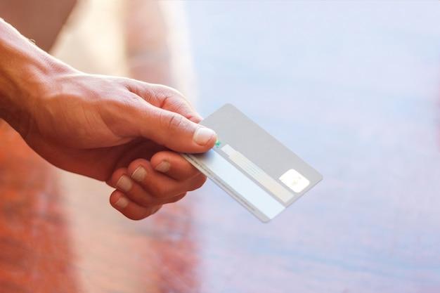 La main d'un concept commercial de carte de crédit homme