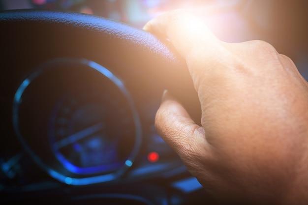 Main conduire une voiture