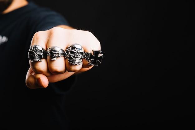 Main dans des anneaux en argent décoratifs