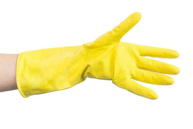 Main dans le gant en caoutchouc de cuisine jaune, d'isolement sur une photo de fond blanc