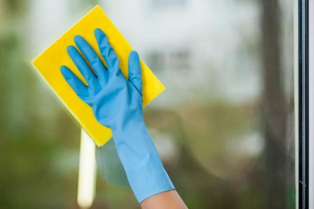 La main dans le gant lave une fenêtre