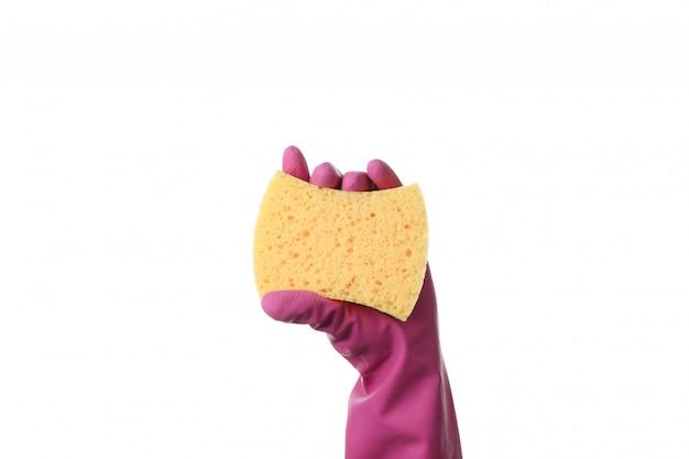 Main dans le gant de nettoyage tenir une éponge, isolé sur blanc