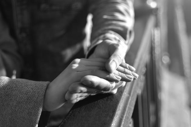 Main dans la main, amour, doigts, photo en noir et blanc
