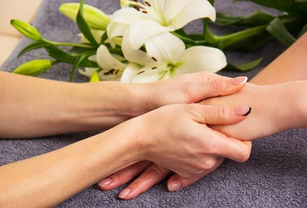 Main dans la main, consolation et soutien