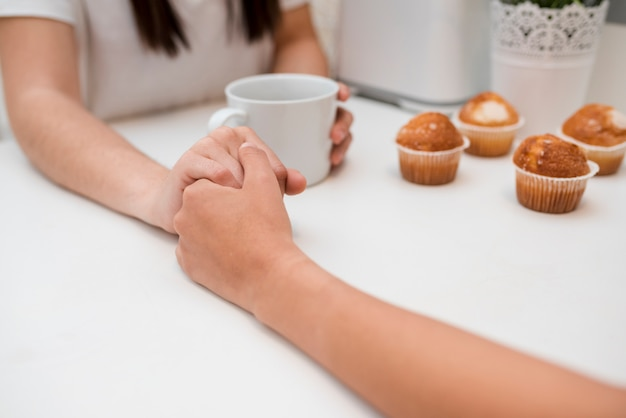 Main dans la main de jeune couple