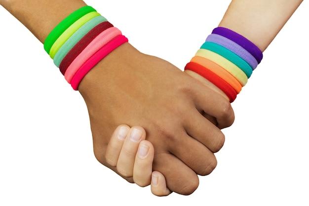 Main dans la main se tenir de nationalité asiatique et caucasienne isolé sur fond blanc, concept stop asian hate, close-up