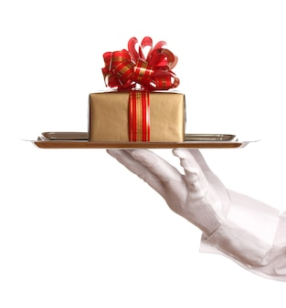 Main dans la main tenant un plateau d'argent avec boîte-cadeau isolated on white