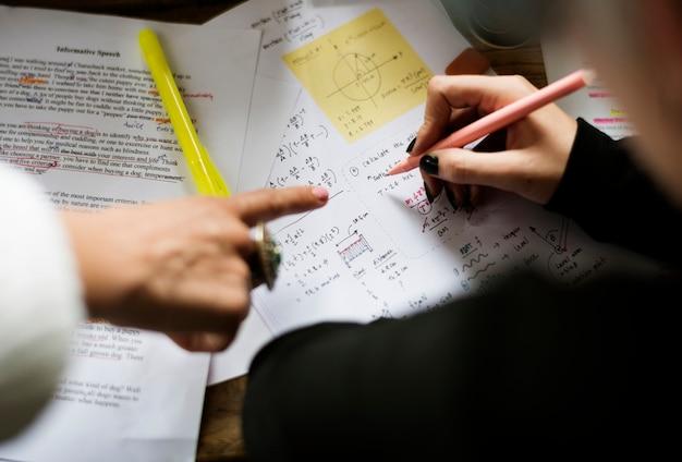 Main dans la main travaillant sur la physique