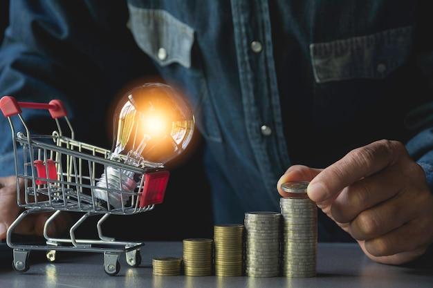 Main déposer une pièce de monnaie avec pile de pièces d'argent croissante pour les entreprises