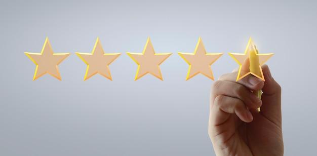 Main dessiner cinq étoiles. concepts d'évaluation et d'examen