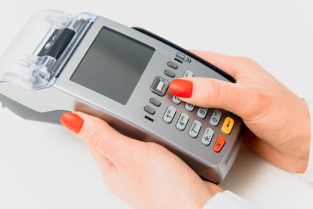Main et doigts entrant dans la broche avec un clavier numérique à main